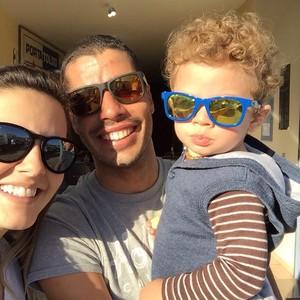 Daniel Dias faz o estilo paizão com o filho Asaph e esposa Raquel (Foto: Reprodução/Facebook)