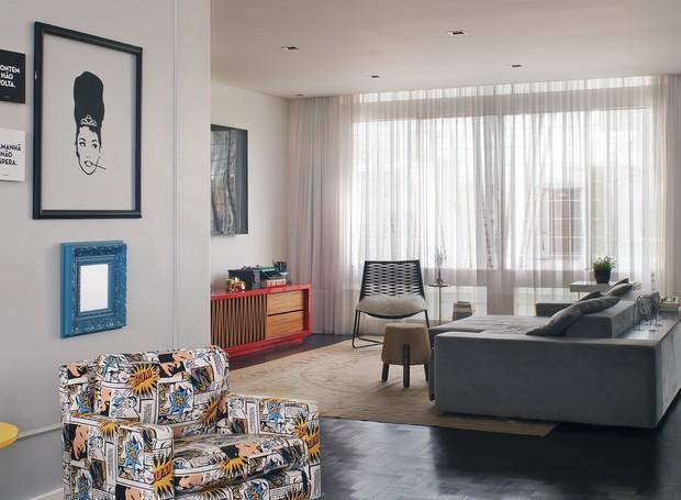Visão geral do living que tem sofá de tecido Veluet, da Mi Casa, tapete Aubusson, da Vitrine e bufê de laca e madeira, da Marche Art de Vie (Foto: Celia Weiss/Divulgação)