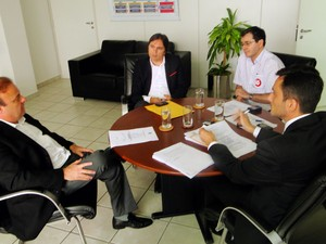 Paulinho Freire se reuniu com o procurador-geral de Justiça, Onofre Neto, e representantes de Município e do MPE (Foto: Ricardo Araújo/G1)