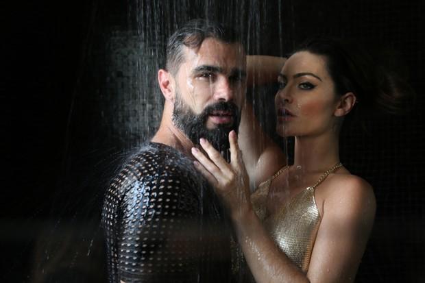 Laura Keller e Jorgem Sousa posam para ensaio sexy (Foto: Glauber Bassi / Divulgação)