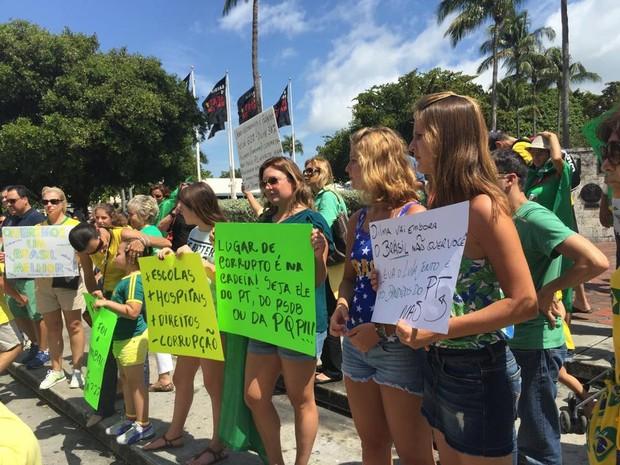 Manifestantes concentram-se em Miami em protesto contra o governo, neste domingo (15) (Foto: Carolina Camargo/G1)