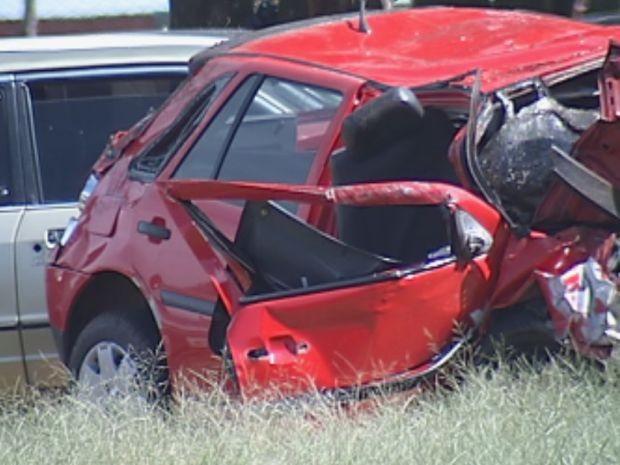 Carro ficou totalmente destruído após a colisão frontal (Foto: reprodução/TV Tem)