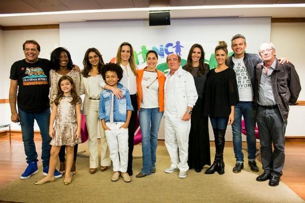 O diretor Dennis Carvalho (à esquerda) irá comandar o show do próximo dia 16. O anúncio foi feito na coletiva sobre a Campanha do Criança Esperança 2014 (Foto:  Globo/João Miguel Júnior)