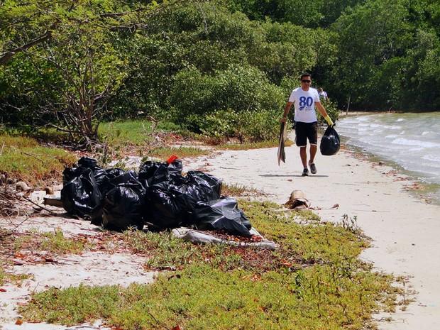 Foram retirados do rio Potengi plásticos, pedaços de madeira, um colchão e lâmpadas fluorescentes (Foto: Ricardo Araújo/G1)