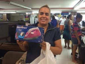 Andrea Oliveira chegou cedo à loja em Ipanema para comprar ferro a vapor por R$ 9,90 (Foto: Fernanda Rouvenat/ G1)