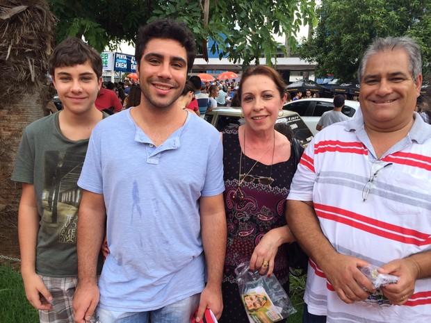 Estudante William Sberci é acompanhado do irmão, do pai e da mãe antes de fazer a prova da Fuvest em Ribeirão Preto, SP (Foto: Thaísa Figueiredo/G1)