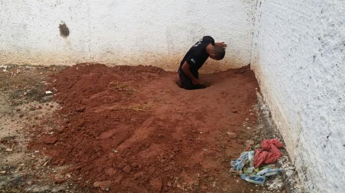 Detentos conseguiram cavar menos de um metro de túnel durante tentativa de fuga (Foto: Fernando Luiz/Comando190)