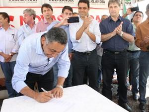 Prefeito assinou obras de construção de 5,2 mil casas em Uberlândia (Foto: Prefeitura de Uberlândia/Divulgação)