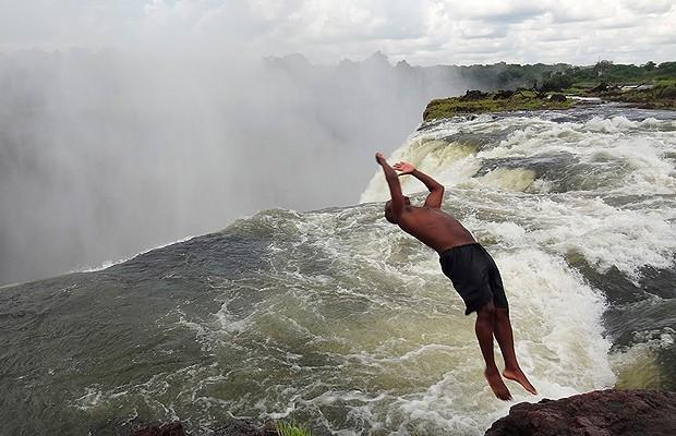 Garoto mergulha na piscina natural (Foto: Divulgação)