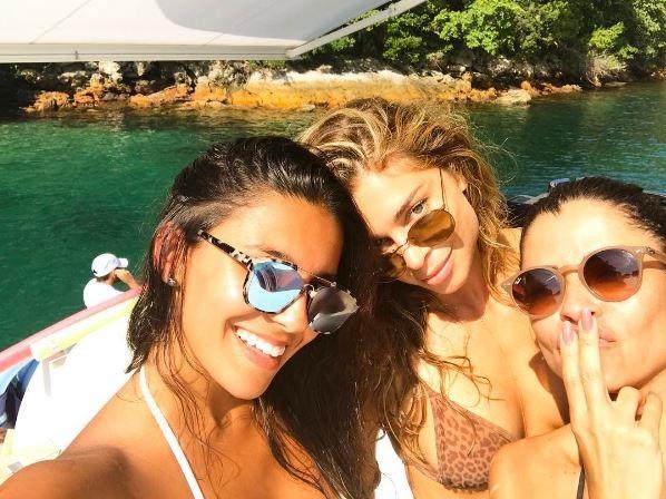 Grazi Massafera e Anna Lima aproveitam passeio de barco (Foto: Instagram / Reprodução)