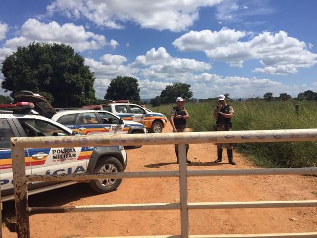 Dois homens foram presos e uma arma apreendida pela Polícia Militar (Foto: Natália Jael/InterTv)