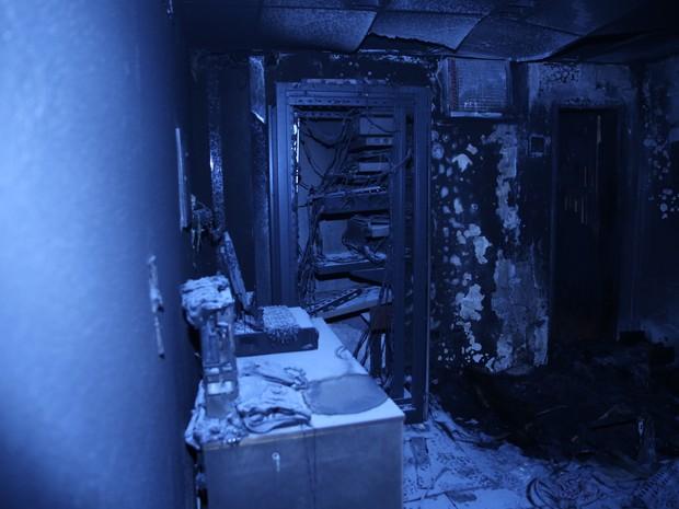 Equipamentos eletrônicos que estavam na sala e foram destruídos pelo fogo (Foto: CBMDF/Divulgação)