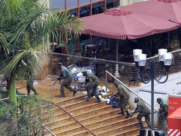 Guardas assumem posições à beira do shopping center Westgate, em Nairóbi, no quarto dia desde a invasão do local por militantes quenianos. (Foto: Noor Khamis/Reuters)