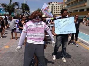 Manifestantes levaram  boneco do prefeito para participar do ato (Foto: keetherine Giovanessa)