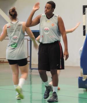 Americana Talia, reforço do time de basquete feminino de Presidente Venceslau (Foto: João Paulo Tilio / GloboEsporte.com)