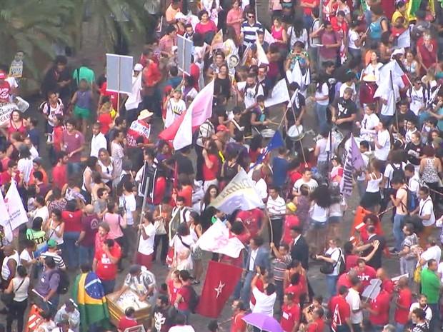Manifestantes pró-governo Dilma se concentram na Praça Afonso Arinos, em Belo Horizonte (Foto: Reprodução/TV Globo)