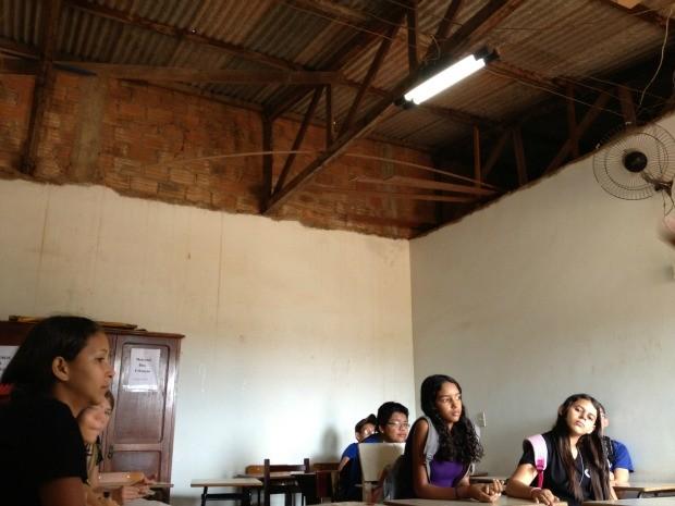 Sala improvisada tem pouca iluminação e ventilação (Foto: Jonatas Boni/G1)
