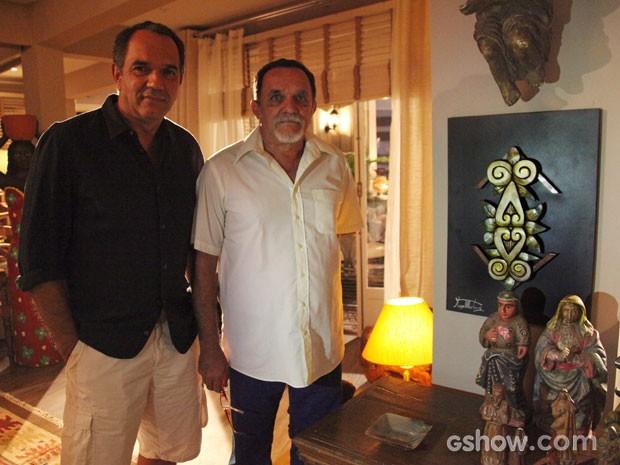 Humberto e o irmão Hugo no cenário da sala da casa de Virgílio e Helena (Foto: Carol Caminha/TV Globo)