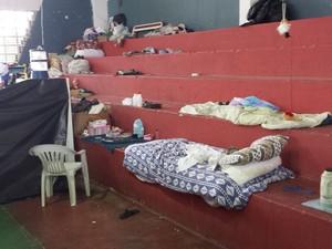 Famílias dormem em locais improvisados (Foto: Amanda Franco/G1)