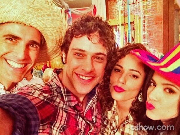 Reynaldo Gianecchini, Ronny Kriwat, Roberta Almeida e Manu Gavassi registraram a festa junina do Galpão em uma selfie cheia de listras (Foto: Arquivo Pessoal)