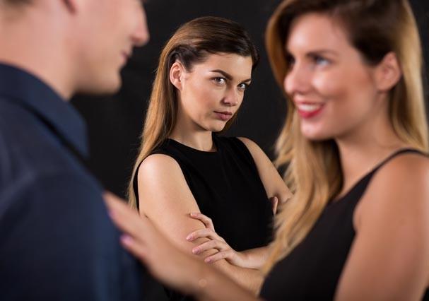Não deixe que família ou amigos interfiram em seu relacionamento (Foto: Thinkstock)