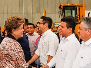 Dilma Rousseff entrega máquinas para munícipios cearenses em evento realizado em Fortaleza nesta terça-feira (2) (Foto: Roberto Stuckert Filho/PR)