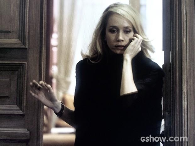 Maria Angélica tenta disfarçar ao telefone (Foto: O Rebu / TV Globo)