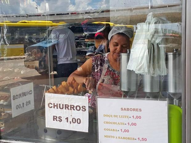 A vendedora de churros Maria Odete Silva, que pagou a faculdade de direito e escola dos filhos comercializando doces a R$ 1 em Brasília (Foto: Raquel Morais/G1)