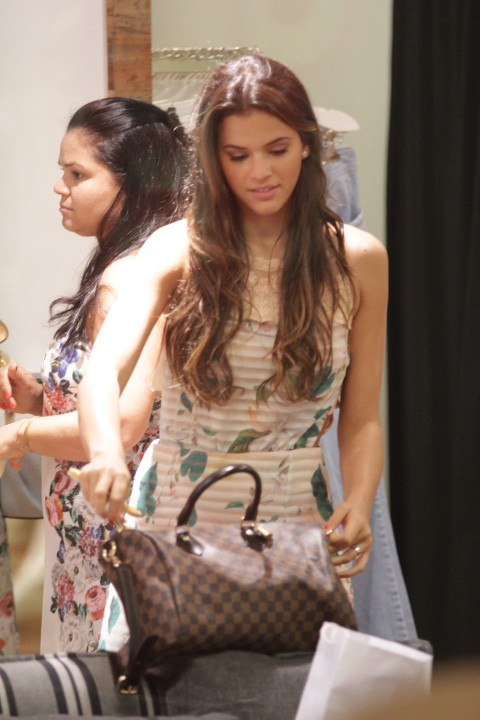 Bruna Marquezine vai as compras (Foto: Derick Abreu / Photo Rio News)