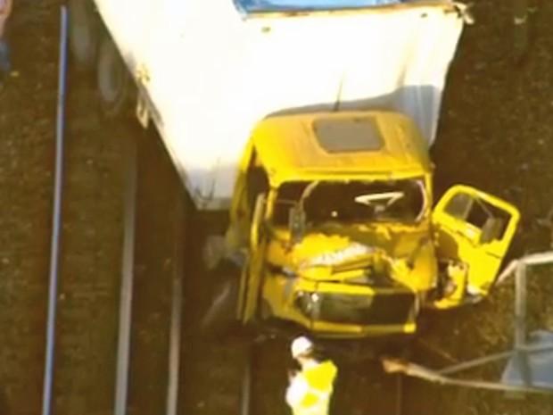 Caminhão invadiu linha 2 do metrô na altura de Inhaúma (Foto: Reprodução/Globo)