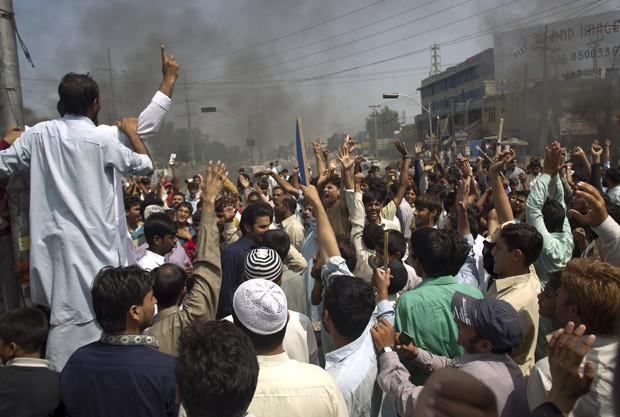 Manifestantes protestam contra o filme anti-Islã nesta sexta-feira (21) na cidade paquistanesa de Rawalpindi (Foto: AP)