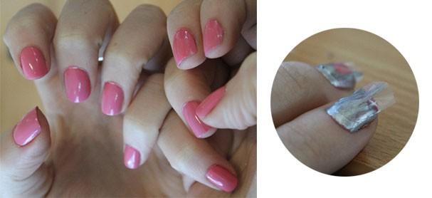 Para começar é só fazer as unhas normalmente com duas camadas do esmalte que preferir. Espere secar bem, recorte fitas adesivas de durex comum como na imagem e cole por cima das unhas. Em seguida passe uma camada de esmalte de outra cor.  (Foto: Reprodução)