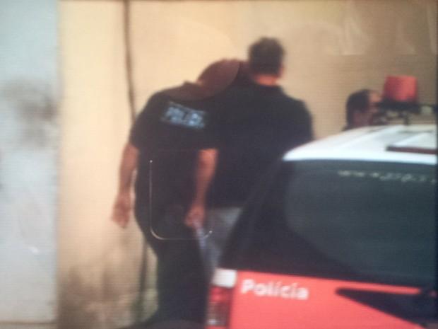 Hudson sai da delegacia de Limeira em direção ao CDP de Piracicaba (Foto: Reprodução EPTV)