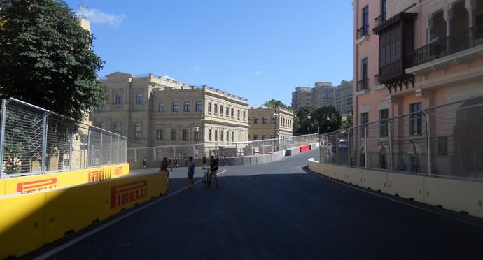Curva 15, freada forte, depois de mais 700 metros acelerando fundo. Pista vira à esquerda e começa a descer Circuito de Baku Azerbaijão Formula 1 (Foto: Livio Oricchio)