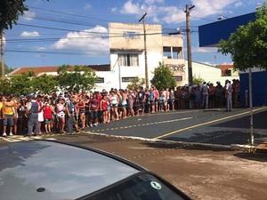 Populares são cercados pela polícia nos arredores da casa onde vive a família de Joaquim (Foto: Murielli Fernandes/EPTV)
