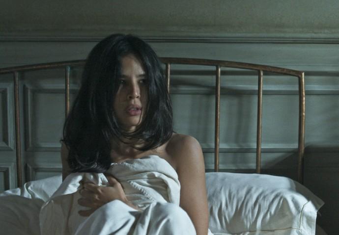 Júlia se cobre e fica sem graça com a presença de Augusto (Foto: TV Globo)