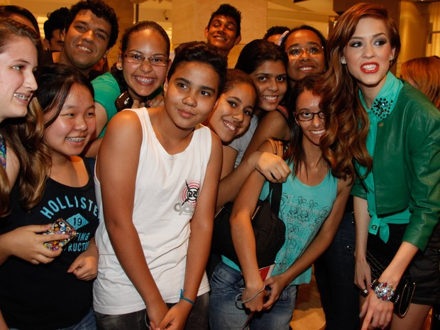 Sophia Abrahão com fãs em inauguração de loja em São Paulo (Foto: Marcos Ribas/ Foto Rio News)