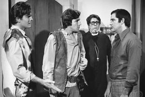 João (Tarcísio Meira), Jerônimo (Claudio Cavalcanti), Padre Bento (Macedo Neto) e Duda (Claudio Marzo) em Irmãos Coragem