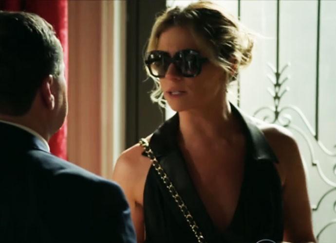 Em uma das suas várias mudanças de look, Atena usa um vestidinho preto com decote generoso (Foto: TV Globo)