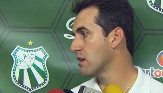 Treinador Léo Condé ainda não sabe se continuar na Caldense (Foto: Reprodução EPTV / Michel Diogo / Marcelo Rodrigues)