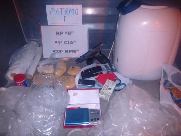 Material encontrado com o suspeito de tráfico (Foto: Divulgação/Polícia Militar)