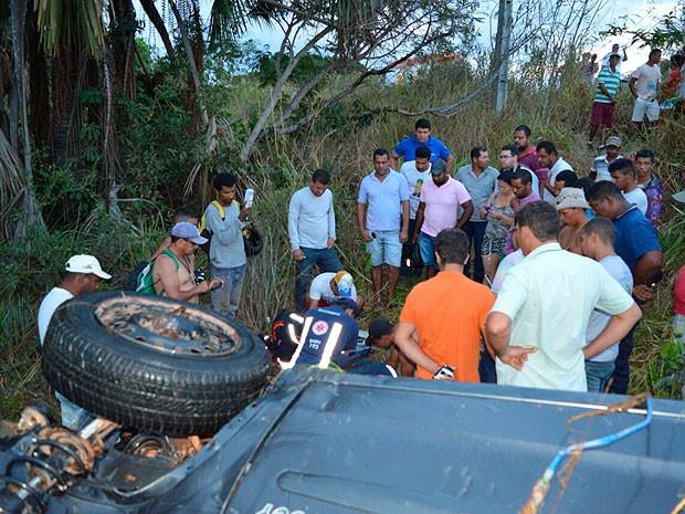 Carro caiu em riacho às margens da BR-020, em Luís Eduardo Magalhães (Foto: Ivan Gehlen/Blog Braga)