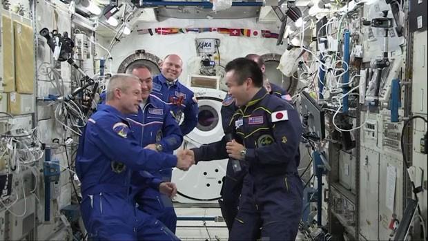 Momento em que o astronauta japonês Koichi Wakata, comandante da 39ª expedição à ISS, passa oficialmente o comando ao astronauta Steve Swanson, que vai liderar a 40ª expedição (Foto: Reprodução/Nasa)