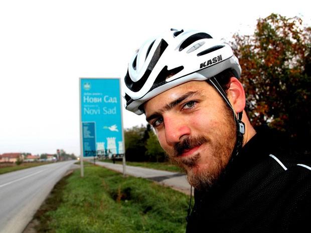 O mexicano Gabriel Tarriba, que vai de Londres a Pequim de bicicleta, na Sérvia (Foto: Arquivo pessoal)