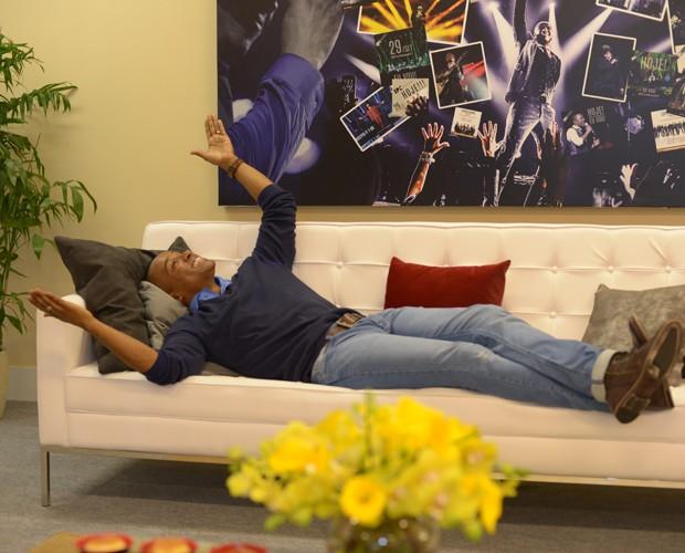 Alexandre Pires se diverte no camarim personalizado (Foto: Camila Serejo / Gshow)