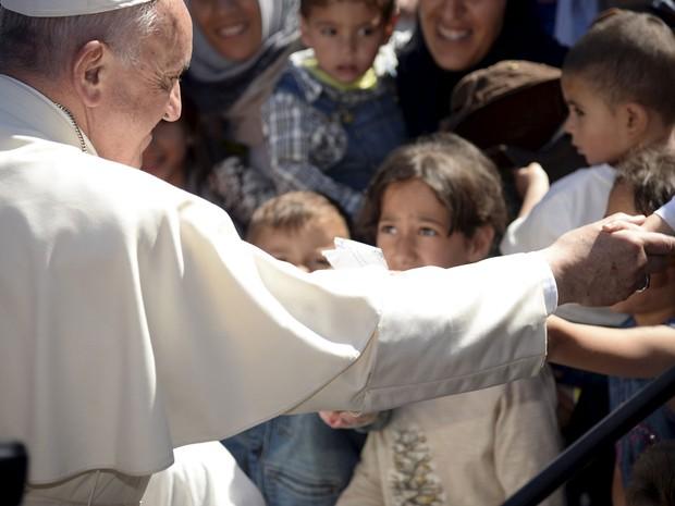 Papa Francisco cumprimenta refugiados em campo perto do porto de Mytilene, na ilha de Lesbos. (Foto: Reuters)