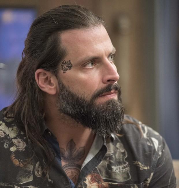 Até MArço, Henri Castelli usou alongamento capilar e estava barbuda para interpretar o tatuador Ralf em 'Sol Nascente' (Foto: Divulgação/TV Globo)