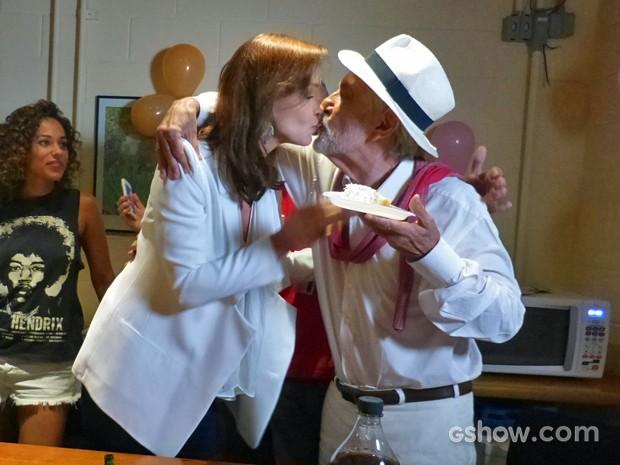 Com direito a selinho! Julia dá o primeiro pedaço do bolo para Paulo José (Foto: Em Família/ TV Globo)