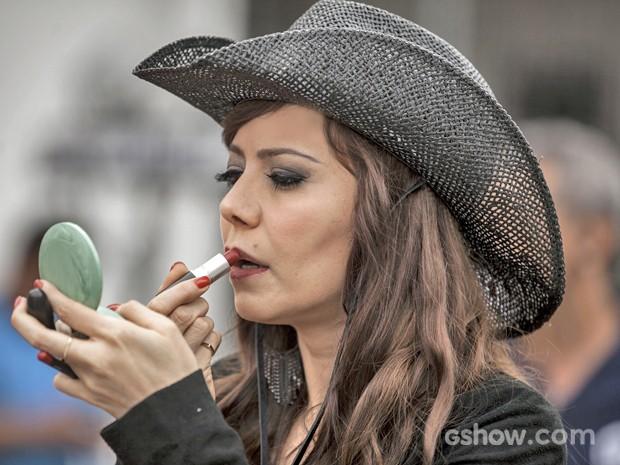 Atriz esconde os olhos verdes atrás de lentes castanhas, repagina cabelo e capricha nas mudanças por papel (Foto: Inácio Moraes/ TV Globo)