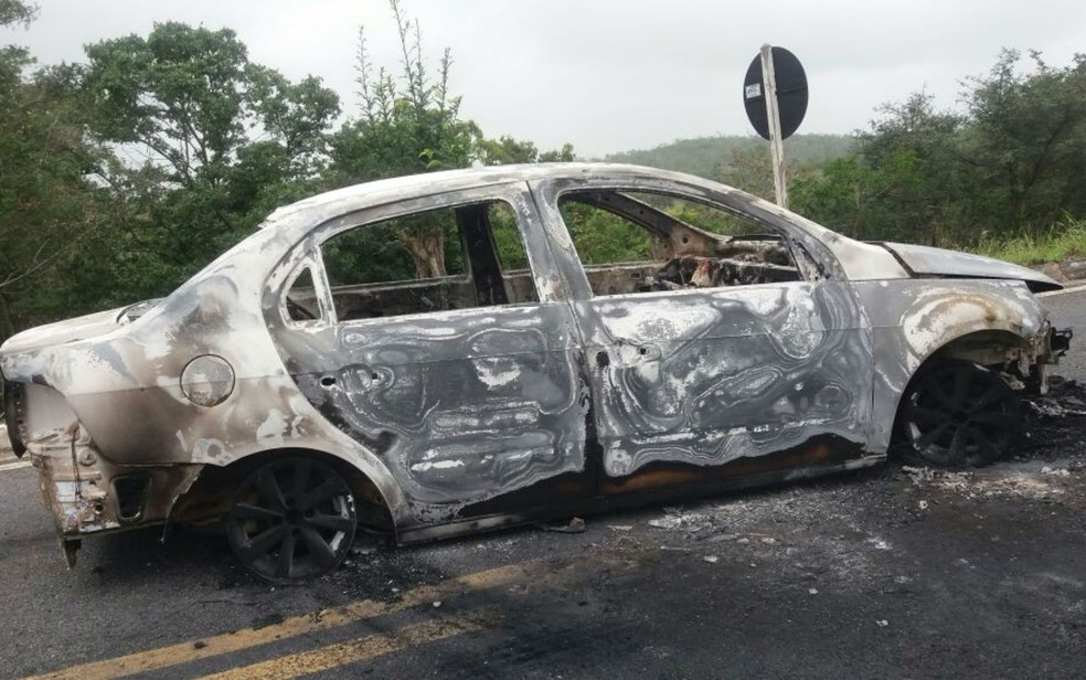 Veículos usado pelos assaltantes para roubar os bancos e depois abandadonado e queimado em rodovia na Bahia (Foto: Blog Agmar Rios)